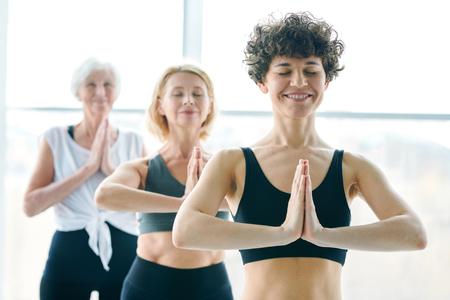 Women meditating Imagens