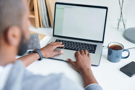 Ręce na klawiaturze
