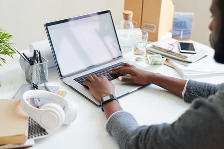 Estudiante frente a laptop Foto de archivo