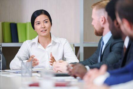 Jeune femme d'affaires métisse confiante répondant aux questions Banque d'images