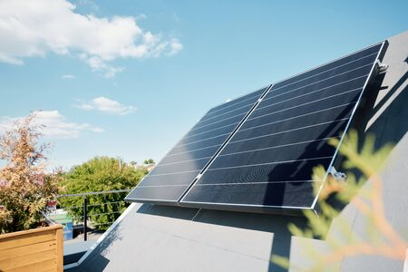 Grandes paneles solares en la azotea de una casa o cabaña moderna y cómoda