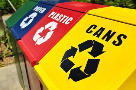 reciclar basura: Cestos de reciclaje para residuos latas, pl�stico y papel Foto de archivo