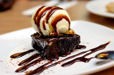 brownie: Brownie de chocolate con salsa de helado de vainilla y chocolate