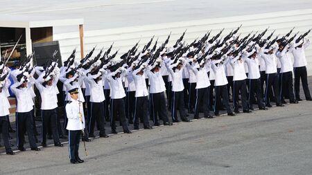 joie: Garde-of-Honor Kontingent Brennen feu de joie (Gewehr gr��en) w�hrend der National Day Parade in Singapur 2011 Kombinierte Generalprobe am 25. Juni 2011 in Singapur Editorial