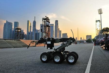 combined: Qu�mica, Biol�gica, Radiol�gica y Explosivos (CBRE) que demuestra la capacidad del robot en el Desfile del D�a Nacional de Singapur 2011 Ensayo combinado el 25 de junio de 2011 en Singapur Editorial