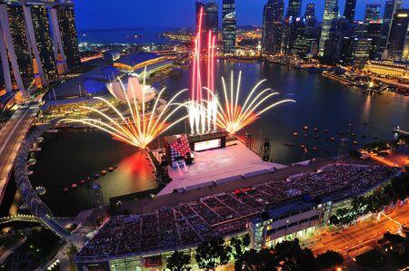 combined: Fuegos artificiales durante el desfile del D�a Nacional de Singapur 2011 Ensayo combinado el 09 de julio de 2011 en Singapur
