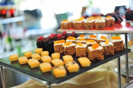 brownie: Variedad de tortas y brownies en el almuerzo buf� Foto de archivo