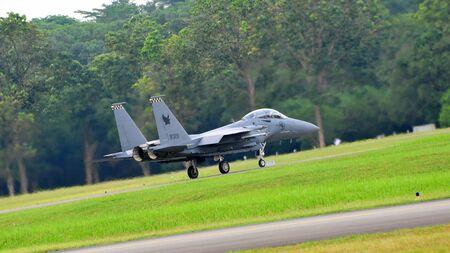 scrambling: Repubblica di Singapore Air Force (RSAF) F-15SG Strike Eagle rimescolando durante RSAF Open House 2011 il 28 maggio 2011 a Singapore Editoriali