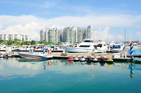 Luxus-Yachten, Boote und Jetskis auf dem Display an Singapore Yacht Show 28. April 2012 in Singapur