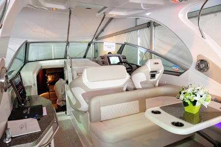 Auf dem Deck von Chaparral 310 Signature Cruiser in Singapur Yacht Show 28. April 2012 in Singapur Editorial