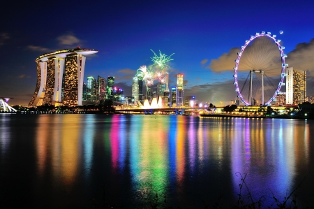 Feu d'artifice capturé avec Marina Bay city scape pendant le défilé de la fête nationale 2012 de répétition le 21 Juillet 2012 à Singapour Banque d'images - 14720682
