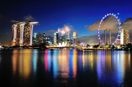 Espectáculo de fuegos artificiales capturado con Marina Bay paisaje urbano durante el desfile del Día Nacional de Ensayo 2012 el 21 de julio de 2012 en Singapur