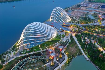 Vue aérienne de la forêt tropicale et les conservatoires de fleurs dans les jardins nouvellement ouverts par l'attraction touristique la baie sur le 4 août 2012 à Singapour Banque d'images - 14756836