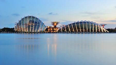urban jungle: Las dos c�pulas de nueva construcci�n y los �rboles de los jardines estupendos de la bah�a de Singapur