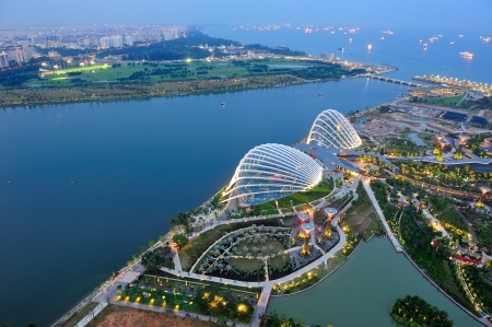 Luftaufnahme Gardens by the Bay Wintergärten, Marina Bay Reservoir und East Coast of Singapore