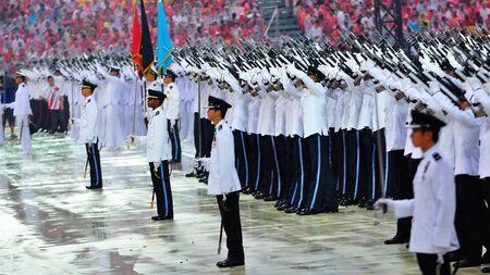 joie: Presidential Salutsch�sse von guard-of-Ehre Kontingente w�hrend der National Day Parade Kombiniert Rehearsal 3. Juli 2010 in Singapur