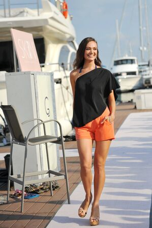Modell präsentiert Entwürfe von Skin Resort Fashion an der Singapore Yacht Show 2013 bei One Degree 15 Marina Club, Sentosa Cove 20. April 2013 in Singapur