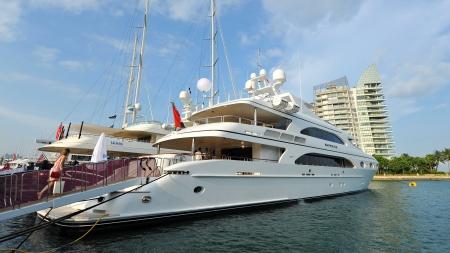 super yacht: SINGAPORE - 20 aprile: M  Y Sapphire yacht da Trinity in mostra presso lo Yacht Show 2013 a Singapore Una Laurea 15 Marina Club, Sentosa Cove 20 aprile 2013 a Singapore Editoriali