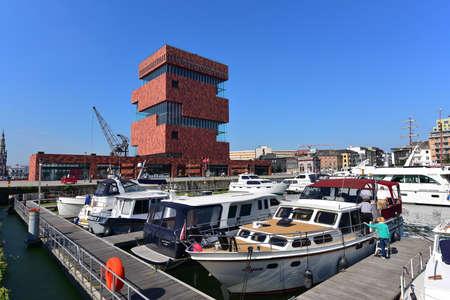 ANTWERPEN - september 17: Museum aan de Stroom (MAS), gelegen langs Schelde is een 60 meter hoog gebouw ontworpen door Neutelings Riedijk Architecten, genomen op 17 september 2014 in Antwerpen, België Redactioneel