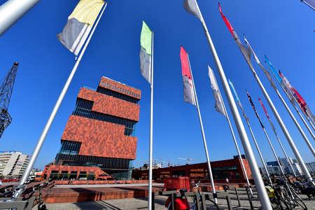 ANTWERPEN - 17 SEPTEMBER: Museum aan de Stroom (MAS), gelegen langs Schelde is een 60 meter hoog gebouw ontworpen door Neutelings Riedijk Architects, die op 17 september 2014 in Antwerpen, België