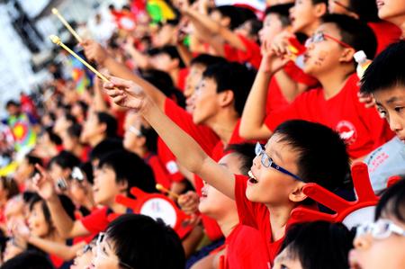 レッド ライオン パラシュート チーム ダイブ リハーサル中に国民日パレードを組み合わせる 2009 年 7 月 11 日シンガポールのように空に向かって指