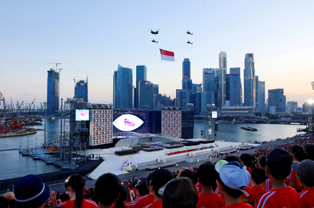Himno Nacional y ceremonty desfile durante desfile del día nacional de Singapur (NDP) Ensayo en la plataforma flotante Singapur Marina Bay el 25 de julio 2009.