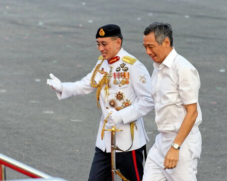 SINGAPORE - AUGUST 09: Chief Defense Force LG Desmond Kuek welcomes Prime Minister Lee Hsien Loong during Singapore National Day Parade 2009 August 09, 2009 in Singapore 免版税图像 - 35674300