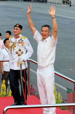 SINGAPORE - AUGUST 09: Prime Minister Lee Hsien Loong waving to audience during Singapore National Day Parade 2009 August 09, 2009 in Singapore 新闻类图片