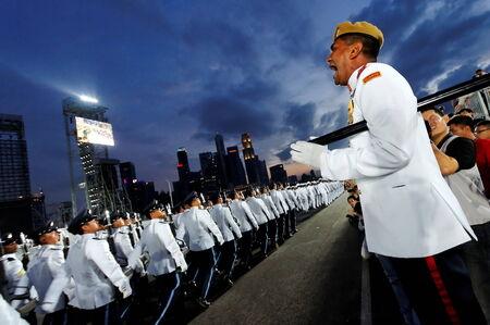 SINGAPOUR - 4 juillet: Sergent-major commandant contingents comme ils défilent lors de la Journée nationale de Singapour Parade 2009 de répétition combiné à Marina Plateforme flottante Juillet 04 2009 à Singapour. Éditoriale