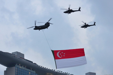 SINGAPUR - 18. Juni: Chinook fliegen Singapur-Flagge während der National Day Parade in Singapur 2011 Kombinierte Generalprobe am 18. Juni 2011 in Singapur. Editorial