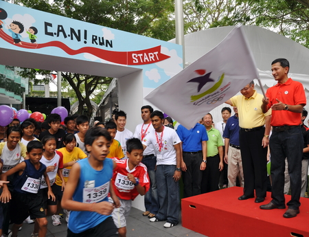 flagging: SINGAPORE - JANUARY 10: Minister Vivian Balakrishnan flagging off a run at the launch of the Singapore 2010 Youth Olympic Games logo January 10, 2009 in Singapore