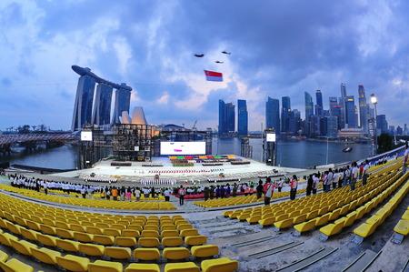 chinook: SINGAPORE - 18 giugno: Chinook elicottero Singapore bandiera nazionale in occasione della Giornata Nazionale parata Singapore 2011 Rehearsal combinato il 18 giugno 2011 a Singapore.