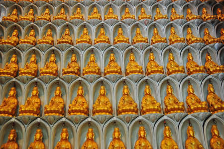 figur: Array of Buddhist figurines on the wall