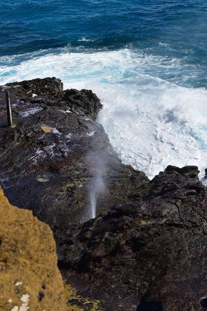 orificio nasal: Halona Blowhole spraying water through its lava tube in Oahu, Hawaii Foto de archivo