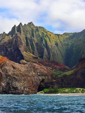 ナパリコースト カウアイ島、ハワイの沿いの崖 写真素材