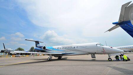 싱가포르 -2 월 9 일 : Embraer 레거시 650 집행 jet 싱가포르 Airshow에서 2014 년 2 월 9 일 싱가포르에서 디스플레이 에디토리얼