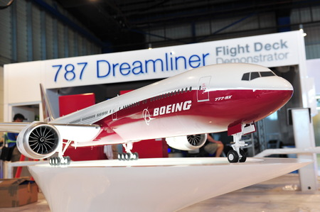planos electricos: SINGAPORE - FEBRUARY 9: Model of Boeing 777-9X on display at Singapore Airshow February 9, 2014 in Singapore