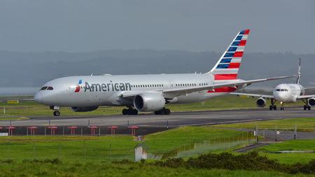 AUCKLAND, NUEVA ZELANDA - 10 DE JULIO: American Airlines Boeing 787-8 Dreamliner que carretea para la salida en el aeropuerto internacional de Auckland el 10 de julio de 2017 en Auckland