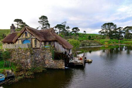 molino de agua: MATAMATA, NUEVA ZELANDA - AGOSTO DE 2017: Molino de agua en el sistema de la película de Hobbiton ofrecido en el señor de las películas de los anillos y de Hobbit el 27 de agosto de 2017 en Matamata Editorial