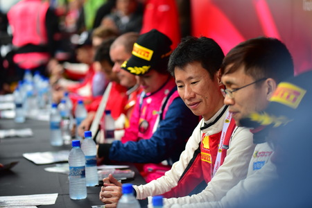 HAMPTON DOWNS, NEW ZEALAND - APRIL 18: Drivers signing autograph at Ferrari Challenge Asia Pacific Series race on April 15, 2018 in Hampton Downs Imagens - 104058556