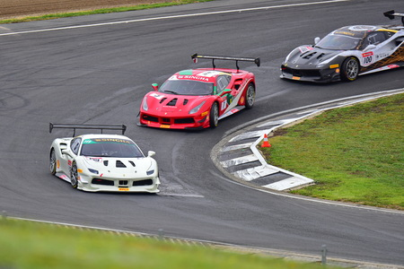HAMPTON DOWNS, NEW ZEALAND - APRIL 18: Ferrari 488 Challenge cars racing at Ferrari Challenge Asia Pacific Series race on April 15, 2018 in Hampton Downs Imagens - 104058718