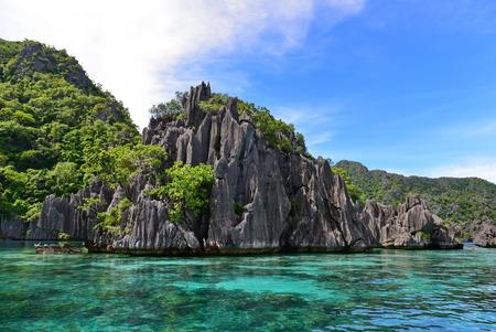 Gezackte Kalksteinfelsen und wunderschöne Landschaft bei Twin Lagoon, Coron, Palawan Standard-Bild