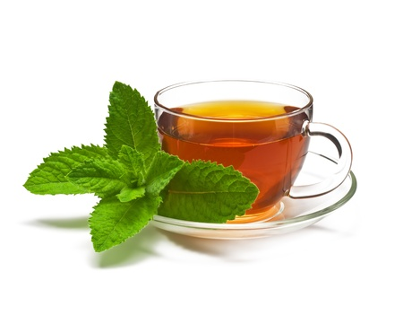máta: Cup tea with mint isolated on a white background.