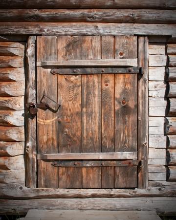 fermer la porte: Vintage porte en bois brun dans la vieille grange