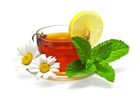 thee in beker met blad munt, citroen en kamille Stockfoto