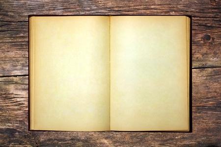 El viejo libro abierto y las p�ginas en blanco en la mesa de madera