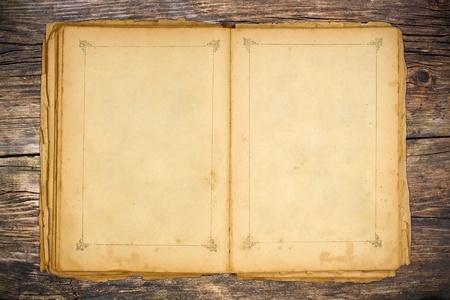 oud document: Het oude open boek en lege pagina's op houten tafel