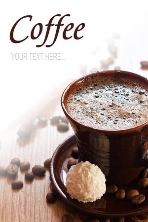 truffe blanche: tasse de caf� et truffes au chocolat blanc sur la table