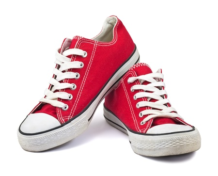 pieds sales: anciennes chaussures rouges sur fond blanc