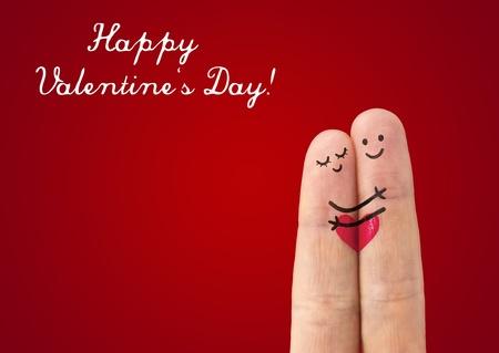 femme romantique: couple heureux en amour avec peint smiley et �treindre